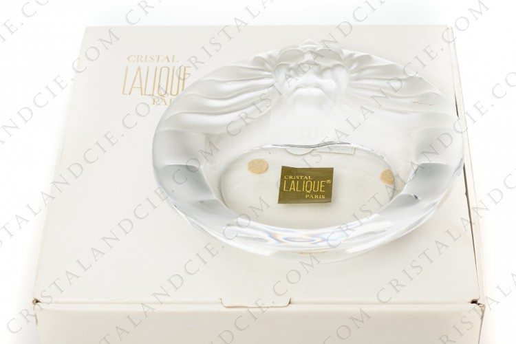 Ashtray in clear and frosted crystal by Lalique pattern Tête de lion decorated with a lion head