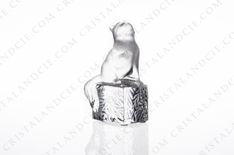 Cat in frosted crystal by Lalique pattern Doucette on a pedestal in clear crystal with a vegetable pattern photo-1