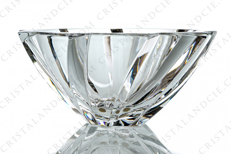 Bowl in crystal by Baccarat pattern Objectif representing the opening of a lens diaphragm