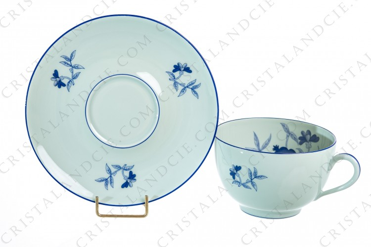 Breakfast cup in Limoges china by Haviland et Parlon pattern Shangaï bleu orient, decorated with flowers in shades of blue on a Celadon paste