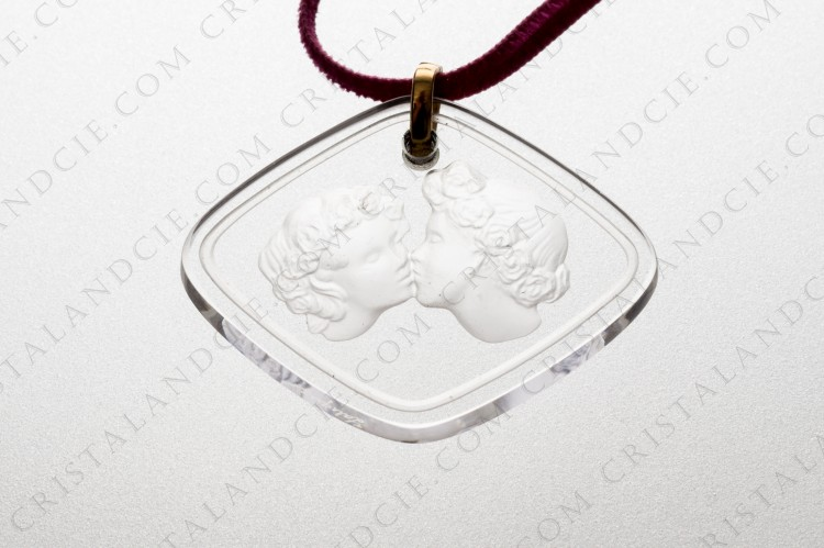Pendant in crystal by Lalique pattern Le Baiser