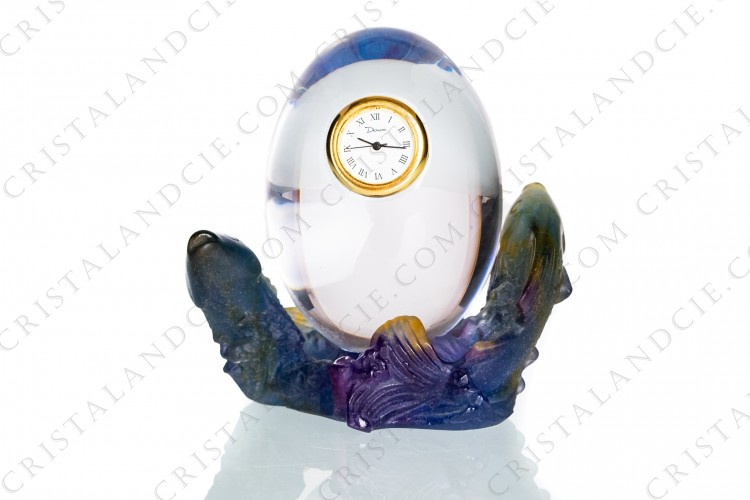 Clock in crystal and pate de verre by Daum pattern Poissons which the clock is embedded in an egg in clear crystal overhanging two fishes in blue, purple and amber pate de verre