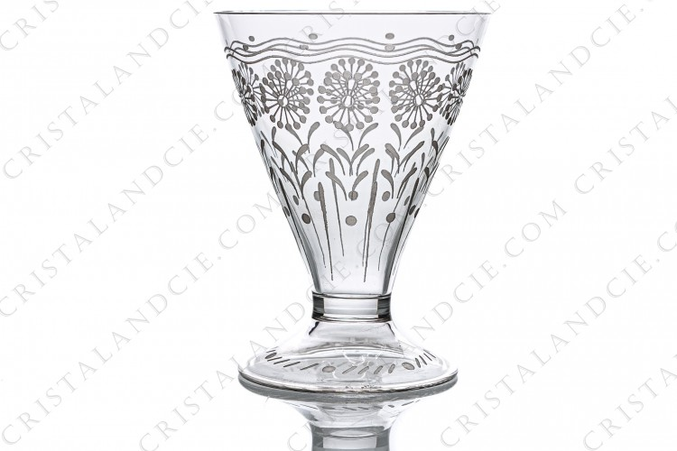 Wine glass in crystal by Baccarat shape 11965, matt engraved 12117, with an engraved pattern of flowers and a hollow foot